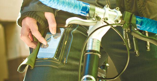 Tirar o telefone do bolso é passado. Jeans com bolso transparente!