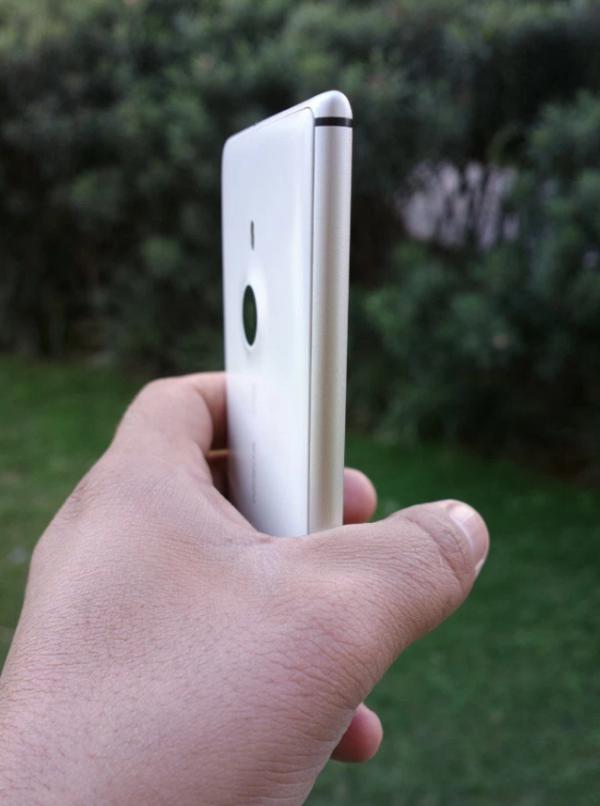 (As linhas de antena laterais foram introduzidas pela Nokia na linha Lumia)