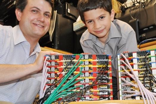 Pai e filho criam supercomputador feito de Lego