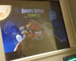 Hacker consegue instalar Angry Birds Space em caixa eletrônico