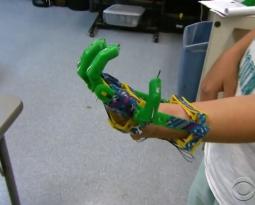 Pai cria prótese de mão para o seu filho utilizando uma impressora 3D