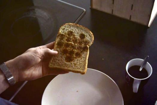 """Conheça a torradeira que """"imprime"""" qualquer imagem no pão"""