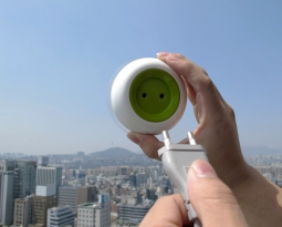 Designers criam tomada de energia solar que pode ser grudada nas janelas de casa